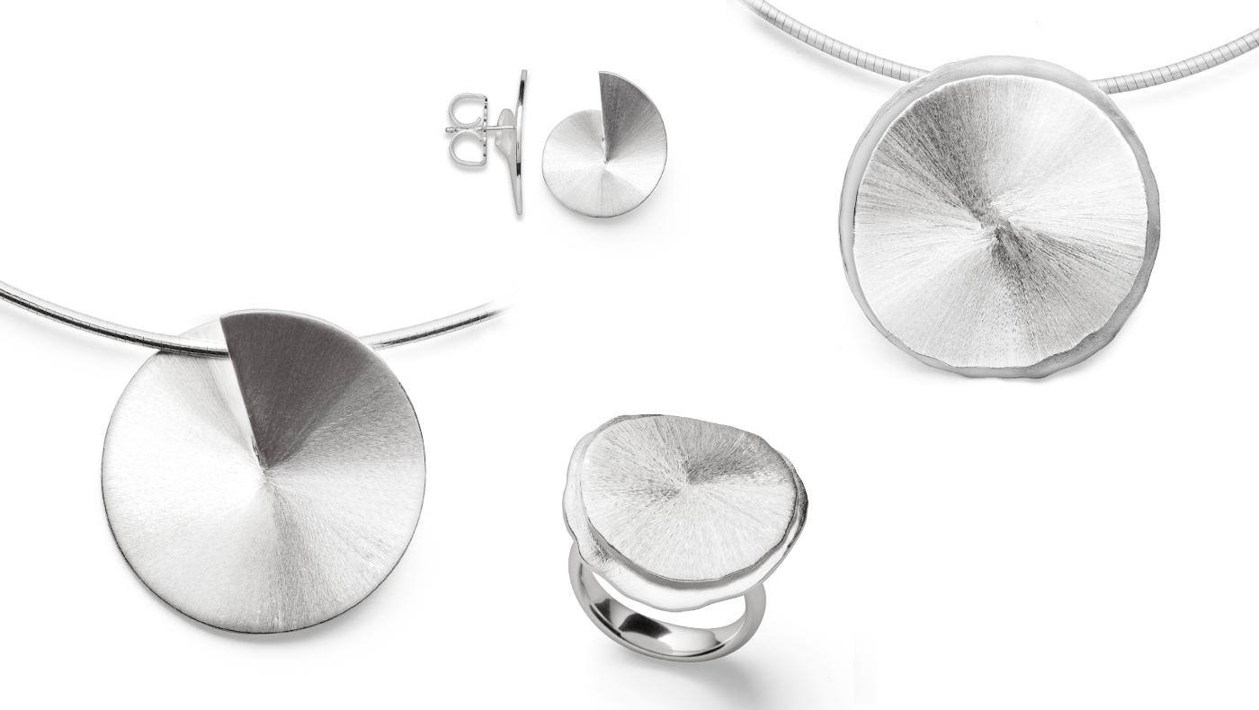 Design mit geschliffener Oberfläche. Schlichte Formen in Sterlingsilber. Schmuck als Anhänger, Ohrstecker und Ring.